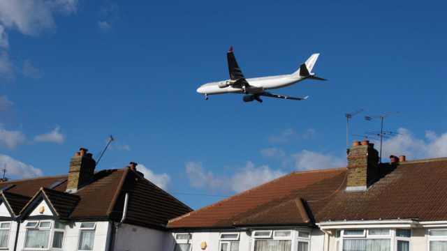 偷渡者藏身客机起落架坠入花园死亡