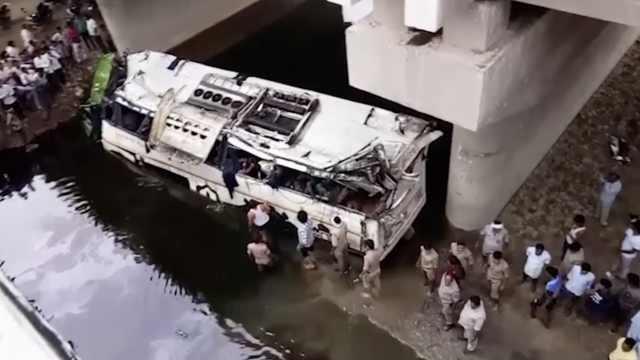 司机疲劳驾驶?印度公交坠河29人亡