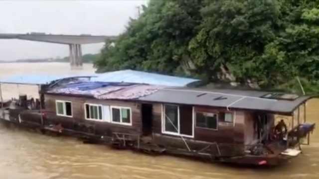 无人船只水中漂流失控,险撞上大桥