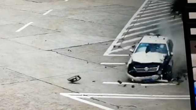 女子误踩油门撞碎车头:道理我都懂
