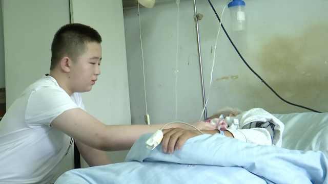 11岁孙照顾患病爷爷,病友落泪称赞