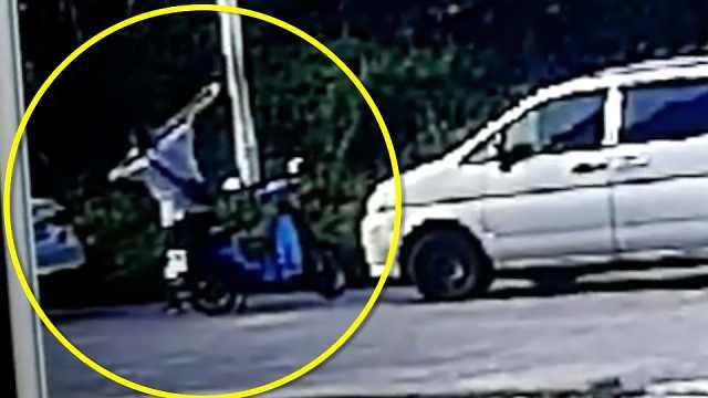 监控:深圳地铁行驶中突然车门裂了