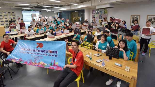 港澳学生深圳学习版画为新中国庆生