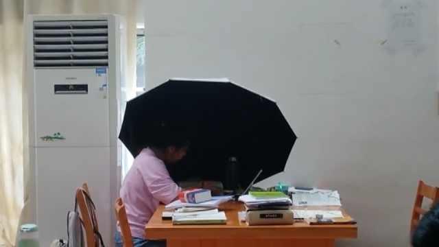 怕太阳直射,考研学生室内撑伞自习