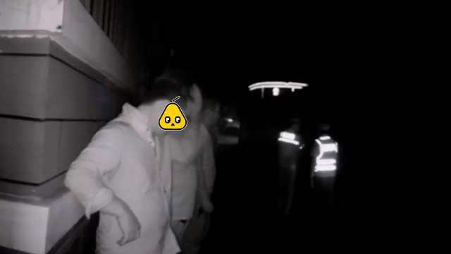 新手司机酒驾,夜遇巡警逃跑却撞车