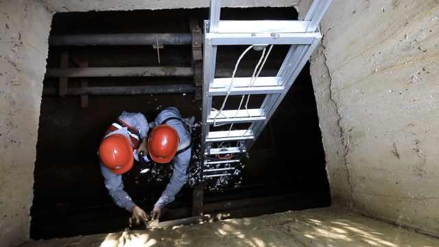 """高温下的坚守:窖井里的供电""""保姆"""