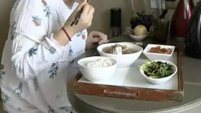 产妇花2万住月子中心,饭菜发现蛆虫