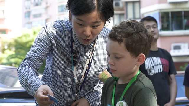 网红假笑男孩到上海挑战垃圾分类