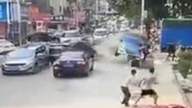 出租车闹市区逆行出车祸,撞飞2路人