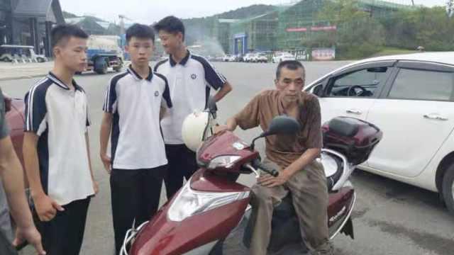 遇老人骑车摔倒,3学生毫不犹豫扶起
