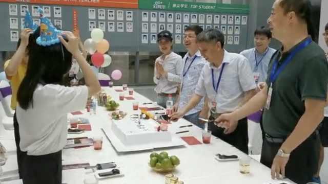 开学首日,校长送蛋糕为4名新生庆生
