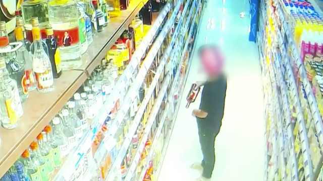 男子超市偷酒藏裤裆带走,全程被拍