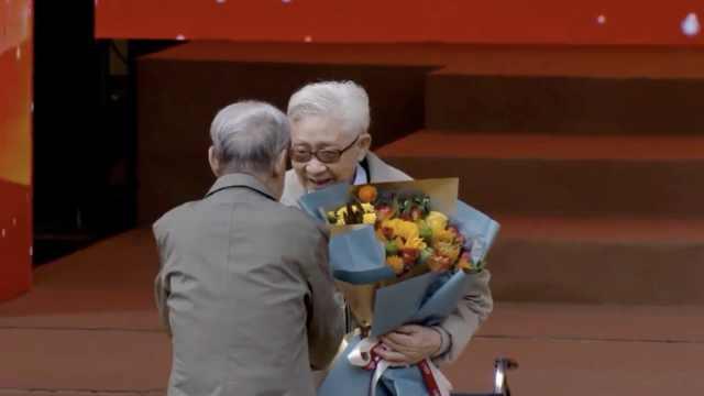 跨世纪!重大95岁校友献花94岁教授