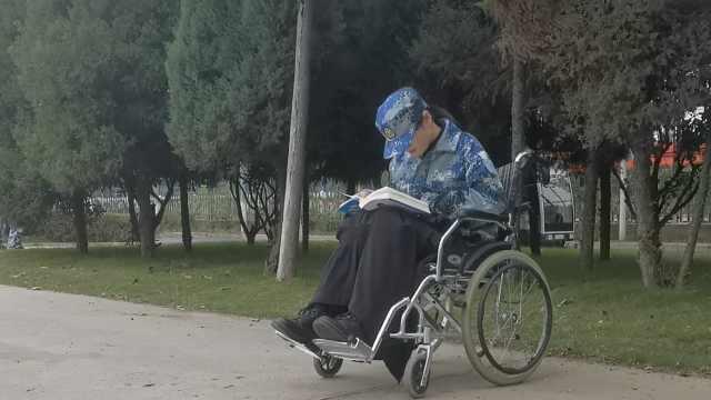 新生摔伤坐轮椅赴军训场:必须到位