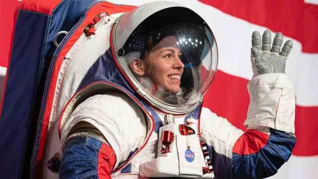 时隔40年!NASA推新一代登月宇航服