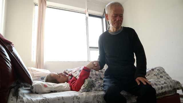 7旬盲夫照顾瘫痪妻10年:我是她手脚