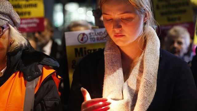 英民众举烛悼念39名死亡货车遇难者