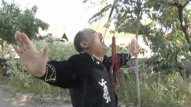 7旬大爷当街吞剑,观众吓到连连退步