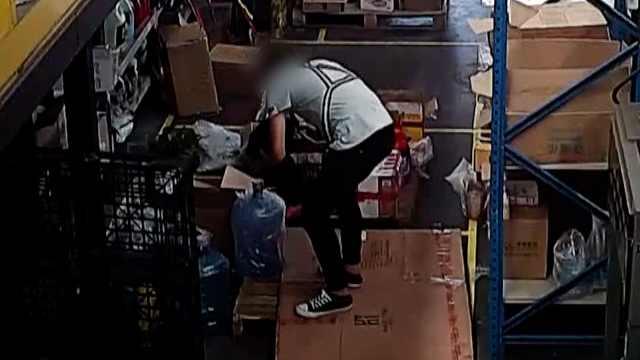 快递员分拣时随手偷包裹,全程被拍