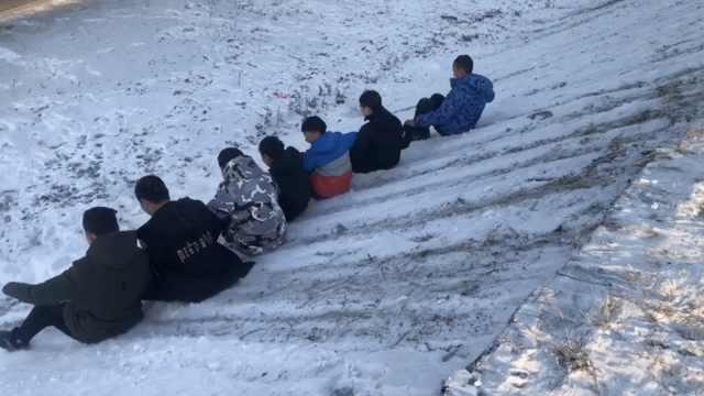 天然游乐场!东北孩子有坡就能滑雪