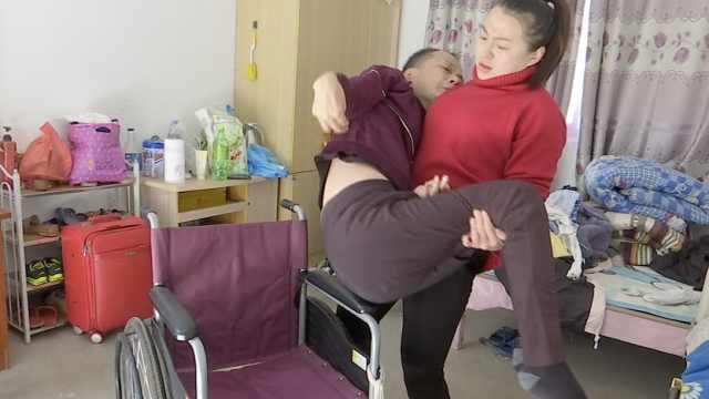 女孩照顾截瘫父亲18年,去哪都带着