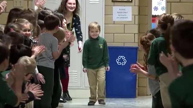 6岁男孩抗癌成功返校,受同学欢迎