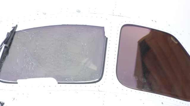 日航波音航班起飞中驾驶舱玻璃开裂