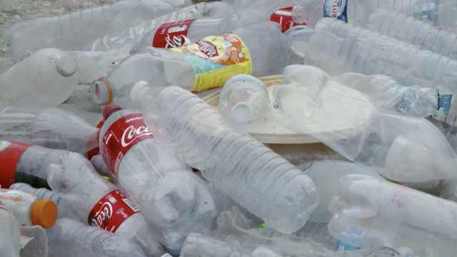 可口可乐称将不会放弃塑料瓶包装