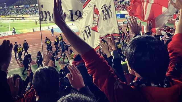 日本足球联赛揭幕,观众戴口罩到场