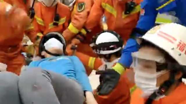 泉州坍塌12岁男孩获救:妈妈在下面