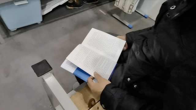武汉客厅方舱休舱前:患者淡定看书