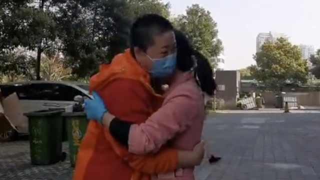 即将撤离,援鄂医护与驻地保洁拥抱泪别,上车前同吃饺子宴