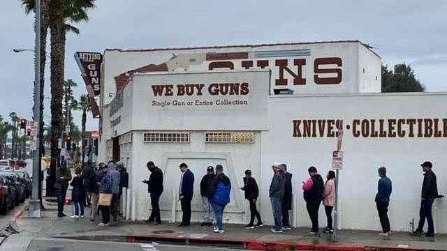 美国针对亚裔暴力事件频发,华人囤枪自卫,有人买多达20把枪