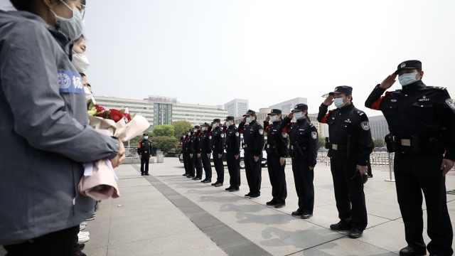 江苏援鄂医疗队返程:民警面对面敬礼道谢,站台列队送别
