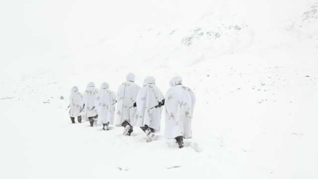 新疆边防战士海拔5300米中阿边境巡逻:休息时在雪地里吃火锅
