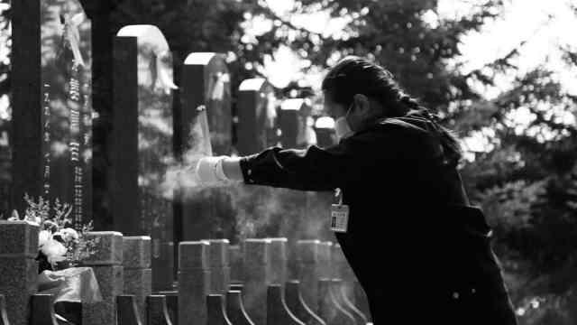 临时代祭员一天祭扫约70位逝者,在墓区一天要走上万步