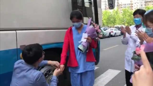 支援小汤山护士回家被求婚:又害羞又开心