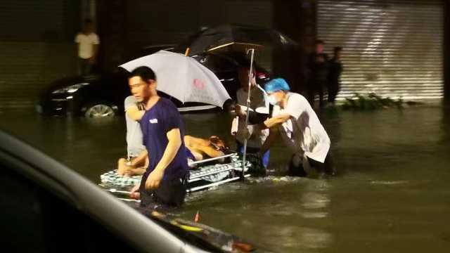 暴雨袭城!东莞深夜突降暴雨:大水淹没街道,路人险被冲走