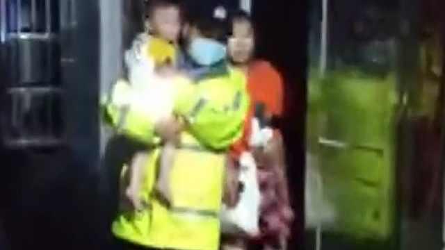 荆州:暖心!石首民警冒雨救出被困母女