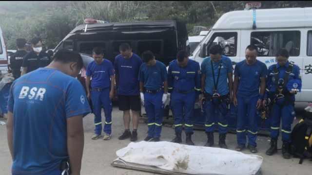 贵州瀑降遇难者遗体被抬上地面,救援队员集体默哀