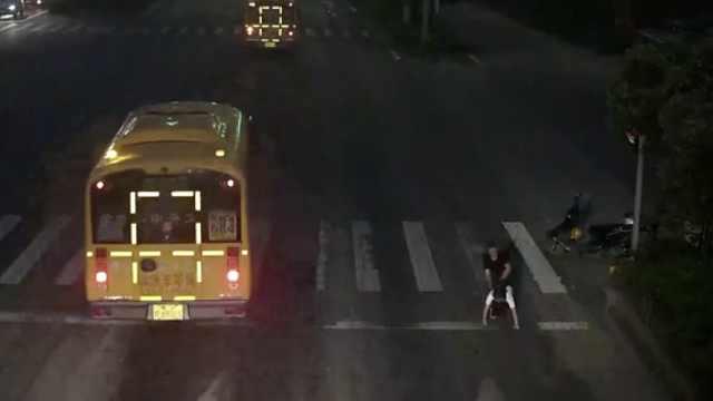 女学生路边遭陌生男子抢劫猥亵,嫌疑人已被刑拘