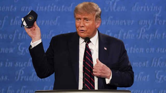 特朗普两天前曾嘲讽拜登戴口罩:就算离人很远也戴个大口罩
