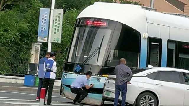 三亚有轨电车与一小车发生碰撞,11天前刚正式运营