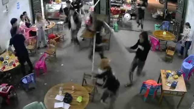 多人持棍冲进夜宵店主犯投案自首,警方正抓捕涉案人员