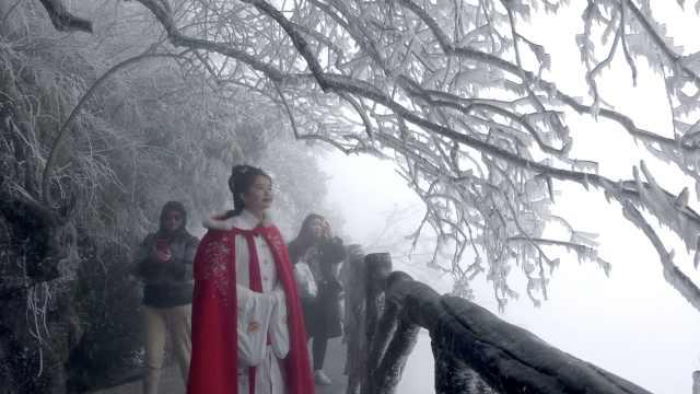 张家界天门山挽云携雾如水墨画,游客登山赏雪过元宵