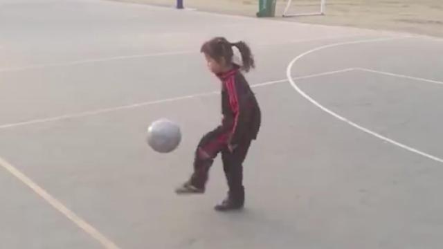 足球女神童竟拿足球射篮筐?