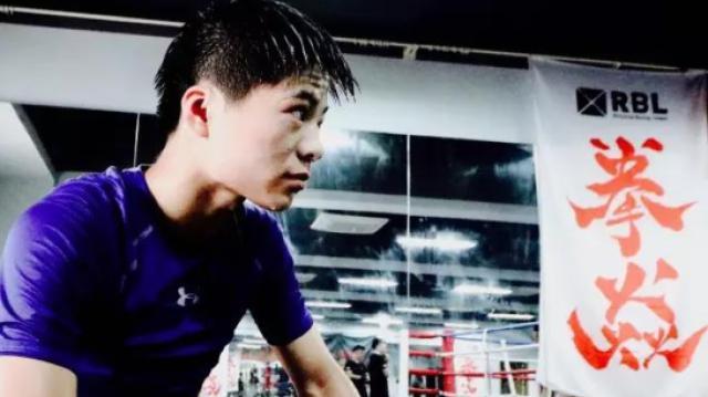 文弱少年竟然是拳击台上的KO王!