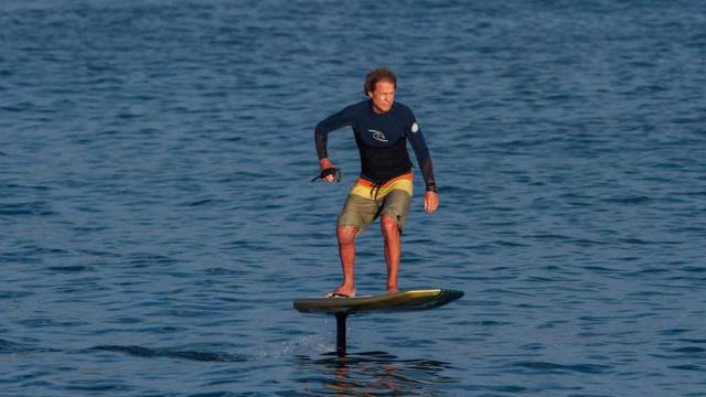 无需辅助,只要有水就能玩的冲浪板