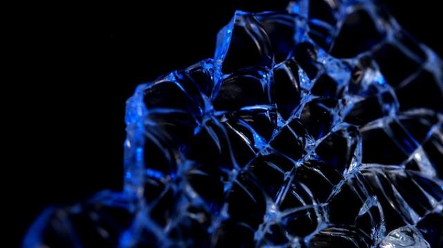 碎玻璃都玩那么高兴,服了摄影师