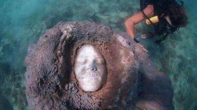 泰国海底惊现神秘人脸吓尿潜水员